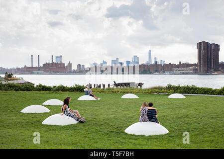 El tazón de césped con instalación de arte público 'Luminiscencia', diseñado por Nobuho Nagasawa. Hunters Point South Park, Nueva York, Estados Unidos. Arquitecto: Imagen De Stock