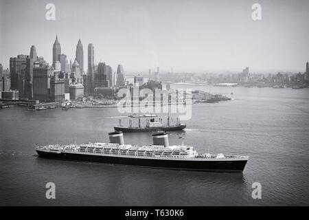 1950 El pasajero revestimiento SS JEFES DE ESTADOS UNIDOS hacia el mar desde el puerto de Nueva York, Nueva York, EE.UU. - s636 HAR001 HARS de más rápido crecimiento de la isla de Manhattan, BLUE RIBAND OCEAN cruce trasatlántico vista aérea transatlántica HAR EN BLANCO Y NEGRO001 Hudson River viejo buque Imagen De Stock