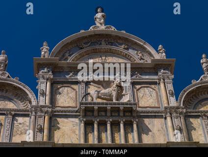 Detalle de un edificio antiguo con león estatua, región del Veneto, Venecia, Italia Imagen De Stock