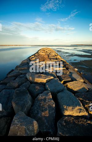 Un largo espigón de piedra se extiende hacia el horizonte en el histórico Río Ottawa cerca de Britannia Imagen De Stock