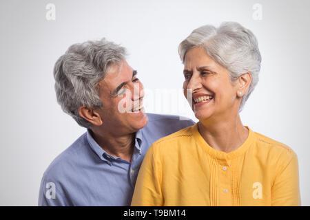 Retrato de altos pareja mirando mutuamente Imagen De Stock