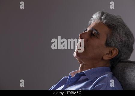 Retrato del hombre pensando senior Imagen De Stock