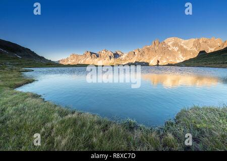 Francia, Hautes Alpes, Nevache, valle de La Clarée, reflejo del macizo Cerces (3093m) en el lago sin nombre entre lagos largo y redondo, en el centro de los picos de los principales de Crépin (2942m) Imagen De Stock