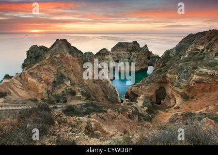 Ponta da Piedade mar pilas y arcos capturados en Sunrise, Portugal. Imagen De Stock