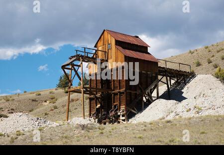 La histórica mina de arcilla, que extraía la arcilla bentonita utilizada en la II Guerra Mundial, municiones y otros productos, Creede, Colorado. Fotografía Digital. Imagen De Stock
