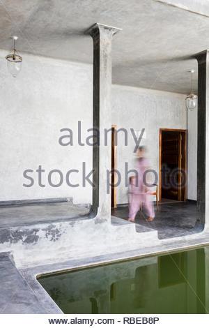 Detalle de la zona de piscina al aire libre con el movimiento de la figura. Jalakara Villa Hotel, Islas Andamán y Nicoar, India. Arquitecto: Ajith Andagere, 2016. Imagen De Stock