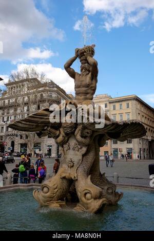 La Fontana del Tritone, fuente de Trirton situado en Piazza Barberini, en el corazón de Roma, Italia Imagen De Stock