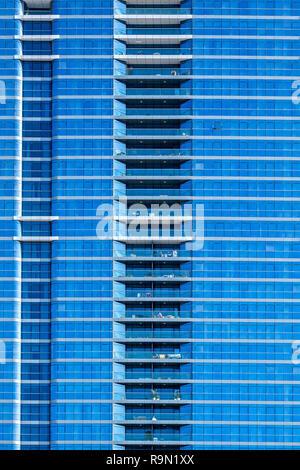 Fachada de un anónimo y uniforme azul buscando rascacielos. Imagen De Stock