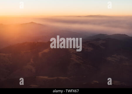 Sol asciende sobre montañas cubiertas de humo, Monte Diablo, Álamo, California, Estados Unidos Imagen De Stock