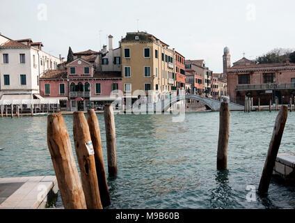 Vista a través de Grand Canal, cerca de la estación de Venecia a Río de la Cazziola e de Ca Rizzi y Santa Croce Imagen De Stock