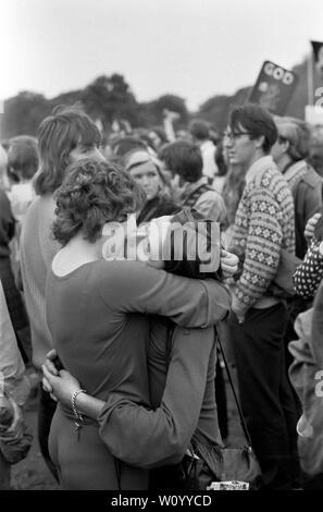 El Gay Liberation Front o movimiento de liberación gay, se manifestaron contra el Festival Nacional de la luz. Dos mujeres lesbianas en un abrazo, besar besar como un acto de desafío contra el Festival de la luz el rallye en Hyde Park, Londres, septiembre de 1971 Festival de la luz era un movimiento de protesta de Cristianos contra el inglés llamado sociedad permisiva London UK 1970 LGBTQ HOMER SYKES Imagen De Stock