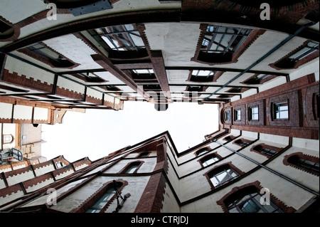 La arquitectura, el patio, la perspectiva del gusano, edificio de oficinas, Sandtorkai-yard, Hamburgo, Alemania, Imagen De Stock