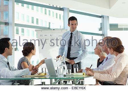 La gente habla en reunión de negocios Imagen De Stock
