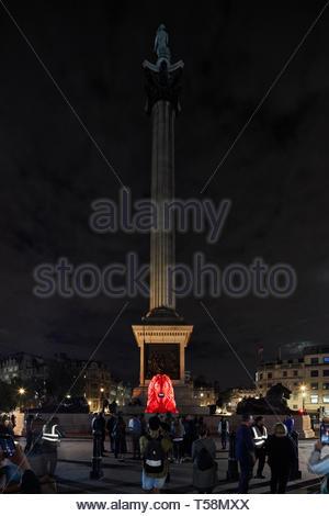 Estatua de noche con Nelsons Column. Por favor, alimentar a los Leones - Festival de diseño de Londres 2018, Londres, Reino Unido. Arquitecto: Es Devlin, 2018. Imagen De Stock