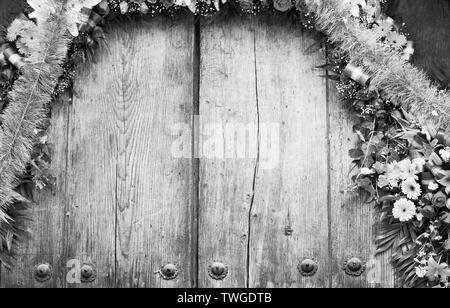 Arco floral en la puerta de madera antigua con copia espacio en blanco y negro impresionante Imagen De Stock