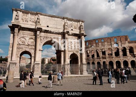 El Arco de Constantino, el Arco di Costantino, y el Coliseo, Roma Imagen De Stock