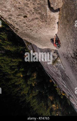Macho escalador escalada cara, vista cenital, el jefe, Squamish, British Columbia, Canadá Imagen De Stock