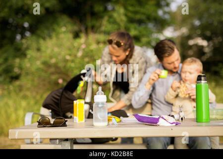 Familia por mesa de picnic Imagen De Stock