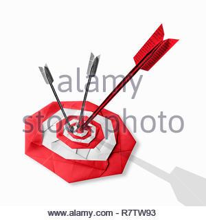 Flechas de papel plegadas golpeando target Imagen De Stock
