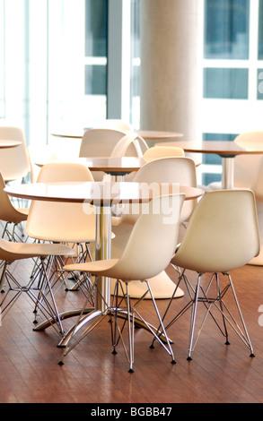 Fotografía de la cafetería interior limpio limpiadores de muebles de oficina Imagen De Stock