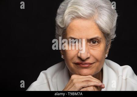 Retrato de mujer mayor con la mano en la barbilla Imagen De Stock