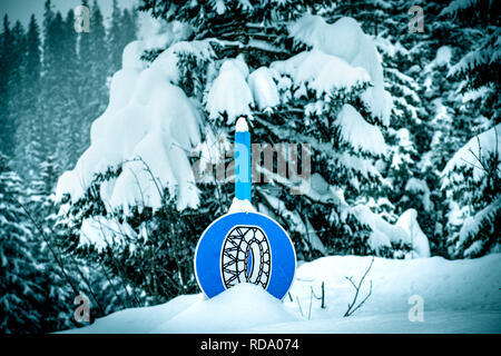 Cadenas de nieve firme en nieve profunda. Imagen De Stock