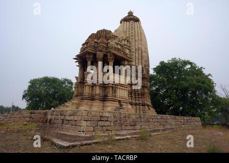 SSK - 656 bellamente y exquisitamente ordenados como templo llamado Chaturbhuj dedicado al dios hindú Vishnu el Señor con esculturas y tallas Khajuraho, Madhya Pradesh, India Asia el 14 de diciembre de 2014 Imagen De Stock