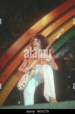 ONTARIO, CA - 06 de abril: el músico Glenn Hughes de Deep Purple en conciertos en California Jam Abril 6, 1974 en el Ontario Motor Speedway en Ontario, California. Imagen De Stock