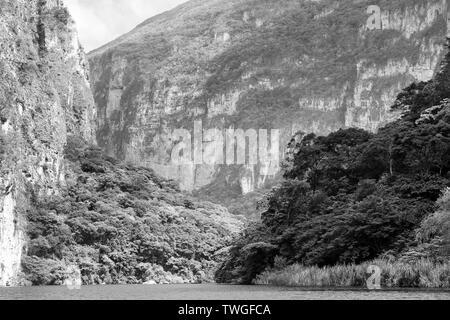 Hermosa vista del río en el Cañón del Sumidero en Chiapas, México en blanco y negro impresionante Imagen De Stock