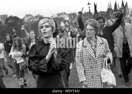 El Gay Liberation Front - Movimiento de Liberación Gay, hombre cross dressing se manifestaron contra el Festival Nacional de la luz, la mujer de edad, enojado con un hombre vestido como una mujer joven Hyde Park de Londres de septiembre de 1971 rally 1970 LGBTQ UK HOMER SYKES Imagen De Stock