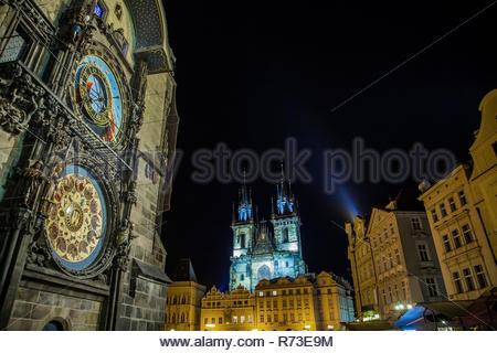Iglesia de Nuestra Señora en frente del Týn y torre del reloj astronómico, la Plaza de la Ciudad Vieja de Praga, República Checa Imagen De Stock