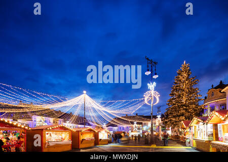 Mercado navideño en la plaza Piata Mare, Sibiu, Rumania, Europa Imagen De Stock