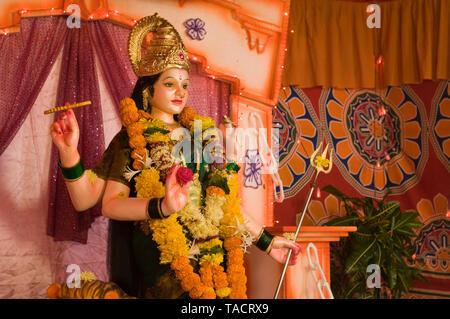SSK - 35342 un ídolo de la diosa hindú Durga Ma bajo un gabinete decorativo llamado Pandal Ganpatipule Maharashtra India Asia el 28 de septiembre de 2014 Imagen De Stock