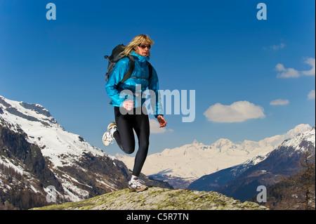 Chica trotar en la cima del mundo. Imagen De Stock