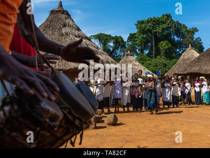 Las mujeres de la tribu de Dan en línea cantando y bailando durante una ceremonia, Bafing, Gboni, Costa de Marfil Imagen De Stock