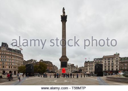 Estatua con Nelsons Column. Por favor, alimentar a los Leones - Festival de diseño de Londres 2018, Londres, Reino Unido. Arquitecto: Es Devlin, 2018. Imagen De Stock