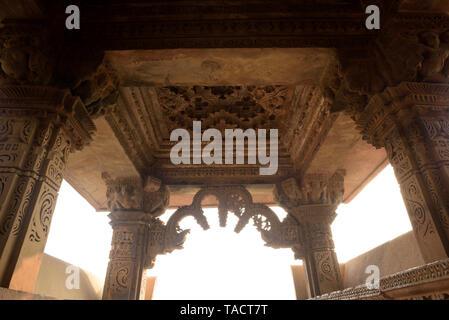 SSK - 271 exquisita arquitectura antigua con pilares tallados en el techo y toran de un templo hindú dedicado a señor Shiva denominada Kandariya Mahadev Khajuraho, Madhya Pradesh, India Asia el 12 de diciembre de 2014 Imagen De Stock
