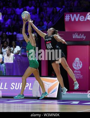 Gina Crampton (NZ) en acción durante la vitalidad Netball World Cup 2019 a M&S Bank Arena, Liverpool, Reino Unido.Nueva Zelandia beat Irlanda: 77-28 Imagen De Stock