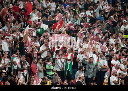Enero 15, 2019 : palestina Palestina fans durante v Jordania en el estadio Mohammed Bin Zayed, en Abu Dhabi, Emiratos Árabes Unidos, AFC Copa Asiática, campeonato de fútbol asiático. Ulrik Pedersen/CSM. Imagen De Stock