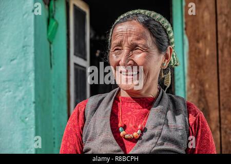 LANGTANG, Nepal- Noviembre 08, 2018: hermosa mujer nepalesa antiguos de Langtang valle con rostro arrugado posando para la cámara. Imagen De Stock