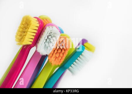 Nuevo color cepillos de dientes ultra fina en coloridos vasos. Industria  Dental. Diversos tipos de cepillos de dientes. Hermosa sonrisa concepto. 3f7a53477d8b