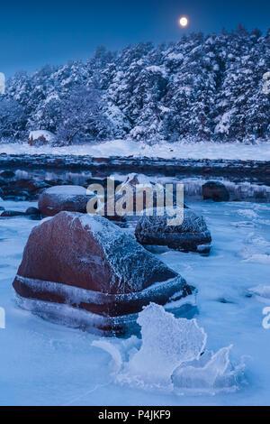 Noche de invierno por el Fiordo de Oslo en Larkollen en Rygge, Østfold, Noruega. Imagen De Stock