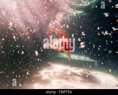 Boy nadar en una piscina Imagen De Stock