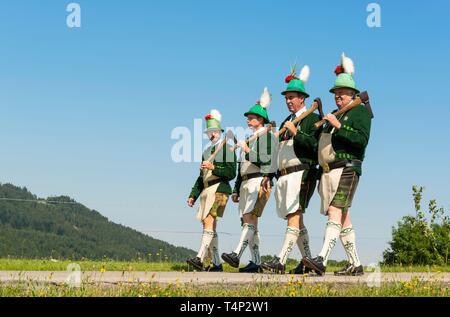 Tiradores de montaña, procesión de Corpus Christi, Wackersberg, Tolzer Isarwinkel, tierra, Alta Baviera, Baviera, Alemania Imagen De Stock