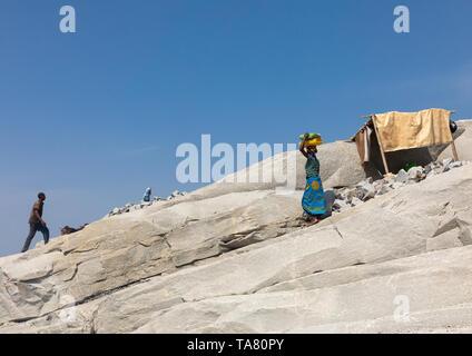 El pueblo africano trabajando en una cantera de granito, distrito, Shienlow Savanes, Costa de Marfil Imagen De Stock