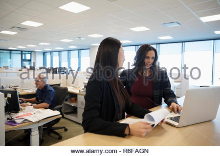 Reunión de empresarias en la laptop en la oficina Imagen De Stock