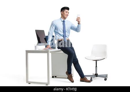Joven Empresario de beber leche en Office Imagen De Stock