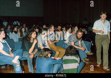 """Los jóvenes alemanes que asisten a un concierto de jazz en la """"Haus der Jungen Talente' (Casa de Jóvenes Talentos) en Berlín Oriental. En la década de 1980, la casa se convirtió en un importante escenario para avant-garde jazz, gracias en particular a su """"Jazz im Keller' series de conciertos. 1982 Imagen De Stock"""