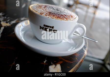 Caffe nero capuchino en taza y plato blanco Imagen De Stock