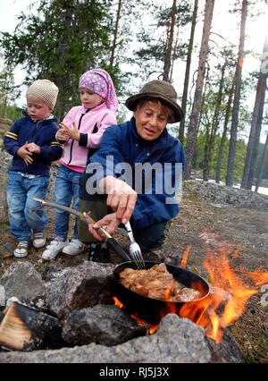 La cocción en el fuego de la familia Imagen De Stock